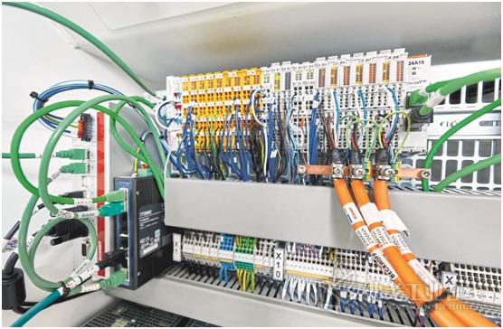 图1 多合一自动化完整形式:加载直接集成的安全驱动技术的总机PC和模块化的I/O界面