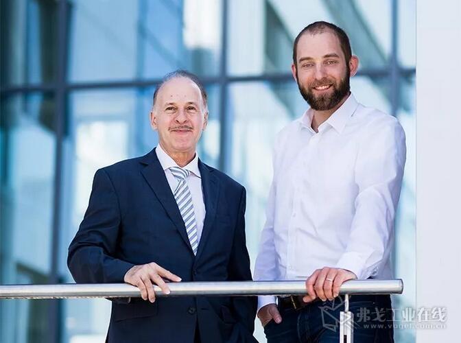 倍加福全球行业经理Wolfgang Weber和产品经理Till Hoffmeyer联合开发制定了传感器解决方案的需求规范