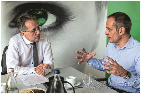 """图1 施耐德电气公司首席执行官Jean-Pascal Tricoire(右)对MM编辑Reinhold Schaefer说:""""与Aveva合作后,我们成为少数几家像西门子公司一样能够以数字方式映射从设计到计算的整个集成制造周期的公司之一。"""""""