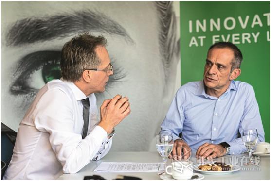 """施耐德电气公司负责人Jean-Pascal-Tricoire(右)对MM编辑Reinhold Schafer说:""""能源消耗不断增加,因此施耐德公司不断寻找在楼宇、数据中心、工业、尤其是机器中节能的方法。"""""""