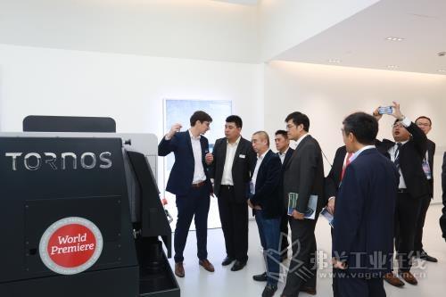 图2在上海新客户中心的展示厅中,Tornos集团的工作人员正在解答客户提出的问题