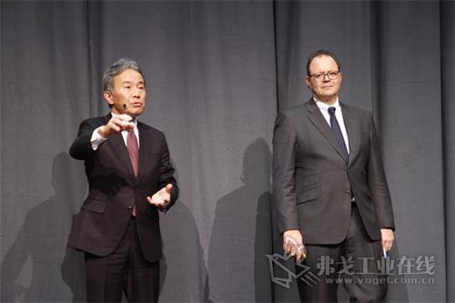 DMG MORI CEO森雅彦博士(左)和DMG MORI股份公司理事会主席Christian Th?nes先生(右)出席记者会,并回答记者提问