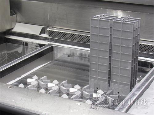 Progressive Technology使用Russell AMPro Sieve Station?粉末回收系统从组件中回收未使用的AM增材粉末