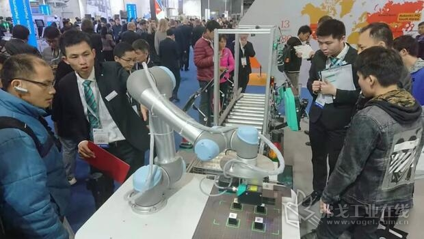AGV上的机器人机械臂