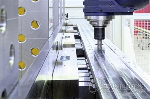 图3  SCHUNK MAGNOS永磁电磁吸盘能够实现对窄长钢型材的高效加工。固定和浮动式导磁块能够有效将磁力施加到工件上