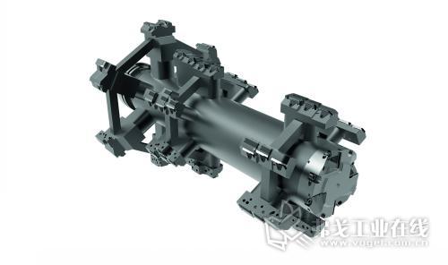 图4  700 mm长的焊接结构精镗刀具上设有40多个刀刃,用于对减速箱进行加工