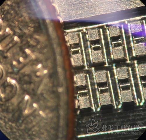 图2  微型模具两边都有毛刺,这个凹槽只有0.005in宽,需要放在显微镜才能看到,大多数时候,这种毛刺采用的是显微镜下人工方法去除