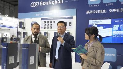 【邦飞利采访】Surmon Stephane先生(左) 邦飞利M&M销售经理张侃先生(中)