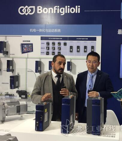 Surmon Stephane先生(左)和邦飞利M&M销售经理张侃先生(中)
