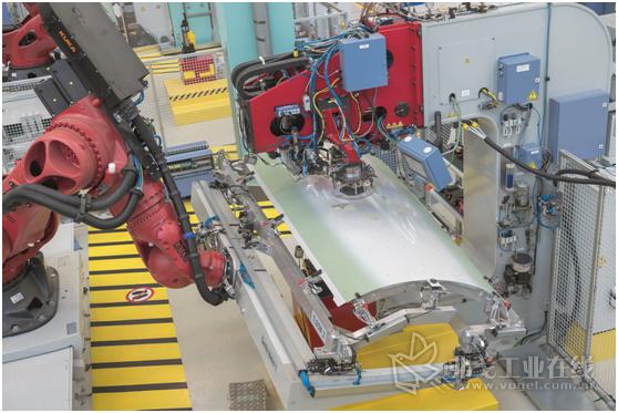 图1 在Premium Aerotec公司,纵梁、夹子和边梁与壳体构件外层的铆接在基于机器人的铆接单元中全自动完成