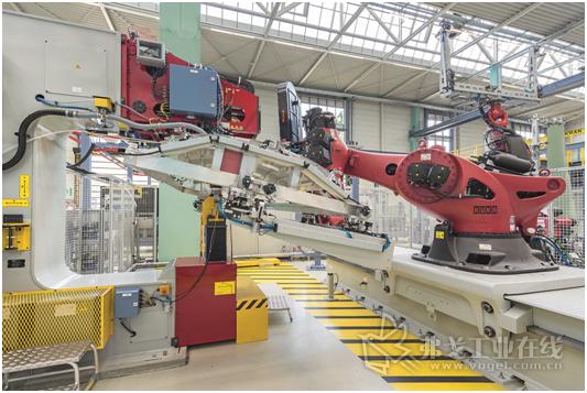 如纵梁、夹子等单个部件的对准和壳体构件的拼接是手动完成的,钻孔、扩孔和铆接则高度自动化,机器人处理部件并将组件送入铆接机