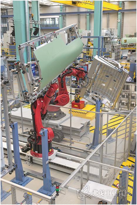 图3 手动放入构件支架中的组件被送到自动区域,线性轴上的操作机器人接过构件支架,并根据需要将其分配到两个铆接站内其中一个可以使用的转移站中