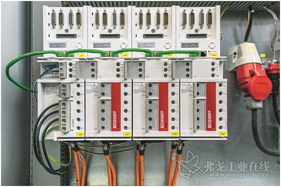 4个结构紧凑双通道AX5203型伺服放大器管理着8个CNC数控轴的运动