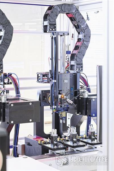LEM使用了SCHUNK LDx直驱线性轴和气动小型机械手MPG-plus的结合。未来,机械手将由雄克机电产品替换