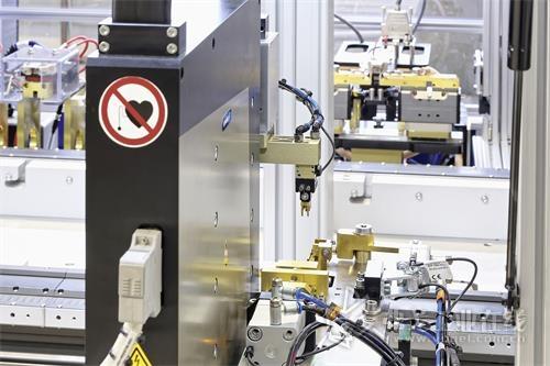 外形紧凑的PPU-E 15实现紧凑型系统在LEM折弯工作站