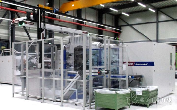 这台MacroPower 1000/16800注塑机配有一台威猛的W843 pro机械手和一个订制的自动化系统
