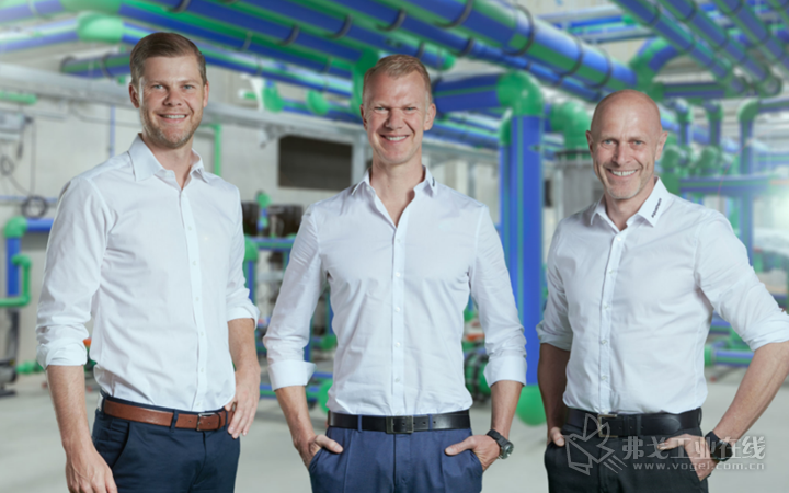 "Aquatherm公司董事总经理之一的Maik Rosenberg表示:""除了最适度的能耗和低噪声外,该机器还以其极高的操作舒适性而表现出色。紧凑的设计以及因此而带来的较小的占地面积是MacroPower的另一显著优势。左起:董事总经理Christof、Maik和Dirk Rosenberg"