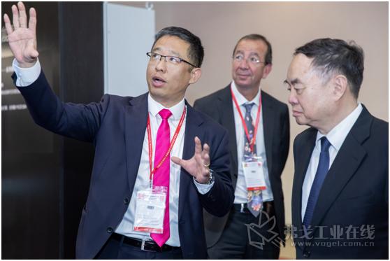 威图中国总裁张强先生向原工程院院长周济先生介绍威图创新的价值链