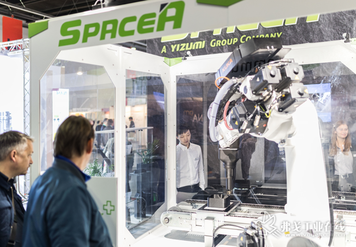 德国伊之密创新产品——SpaceA柔性增材制造系统,也参与到发动机盖板的成型中