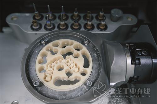 作为生坯(在烧制陶瓷之前),氧化锆同时具有高度磨蚀性和多孔性。对切削刀具的耐磨性提出了严峻的挑战