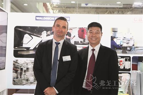 瓦德里希科堡机床制造有限公司市场总监Falk Herkner先生(左)和瓦德里希科堡机床有限公司北京代表处首席代表兼瓦德里希科堡机床维修服务(北京)有限公司总经理刘中柏先生(右)