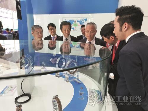 中国轴承工业协会副秘书长杨金福(左一)、牛辉(左三)、中国机床工具工业协会秘书长王黎明先生(左五)一行参观NTN展台