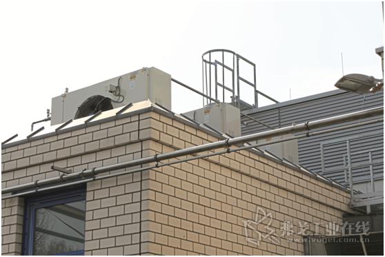 图4 屋顶上的三台水冷却器负责冷却注入螺杆式空气压缩机的水。在封闭的冷却循环回路中由它们为空压机提供冷却水