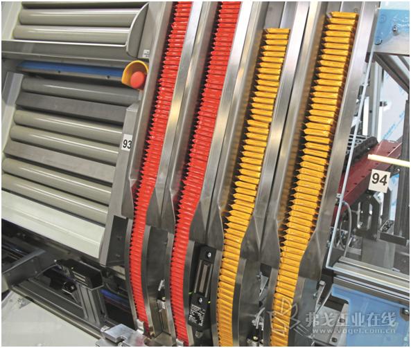 图2 16个四联装填站之一,手动放置Ritter Sport迷你巧克力,然后通过EPS处理系统 midi YZ 300E /200E将其装入纸盒中