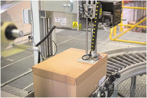 图2 标签供标器手臂驶出,直到检测到物件的上表面。接着标签以非接触方式吹贴到包装盒上