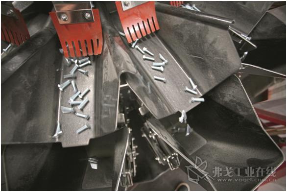 振动溜槽将螺钉输送到组合称量系统的秤盘中