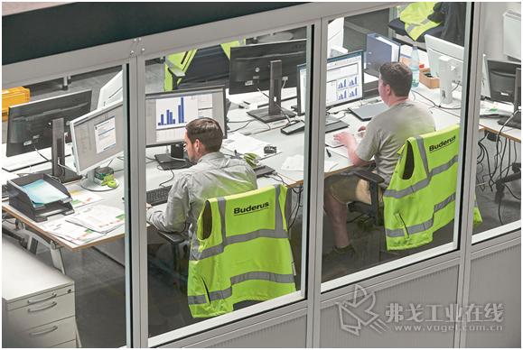 物流管理人员正在核查订单合同的执行情况