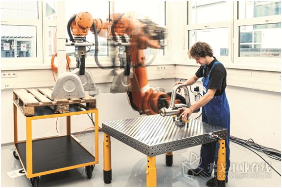 采用了合适的安全保护技术之后,MRK人机协作技术也可以在大型机器人中使用了