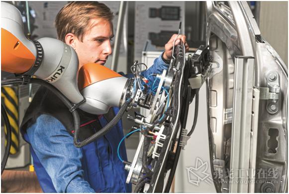 图3 有意义的协同合作:机器人负责承载重物,操作者将它准确的安装到位