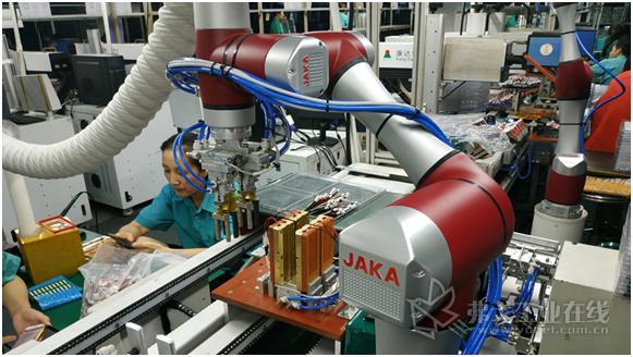 图1节卡小助协作机器人在锂电池行业应用
