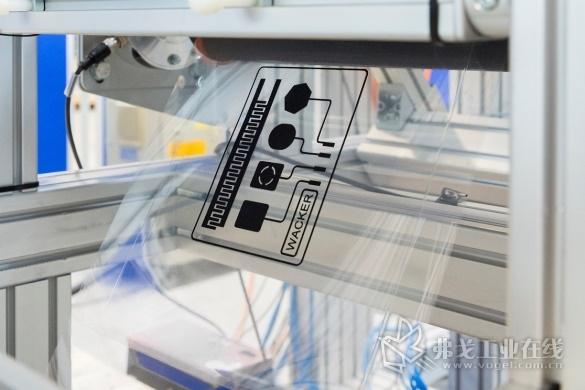 NEXIPAL®是一种新型的具有电活性的层压有机硅。该产品由多层涂有导电材料的超薄有机硅精密薄膜层压而成,可在施加电压的情况下用作运动执行器,也可以用于测量机械形变的传感器