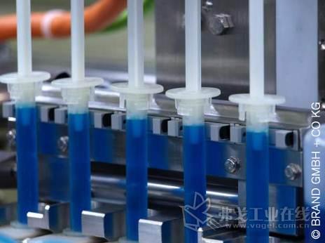 巴鲁夫1501 Micromote:在小型2 ml分液装置的活塞中心有一个针形置换器;液体在从旁边流过(换言之,不在中心)时一定会被检测到。MICROmote®对射型传感器的发射器和接收器单元安装在专门设计的叉形外壳中的最佳位置上。