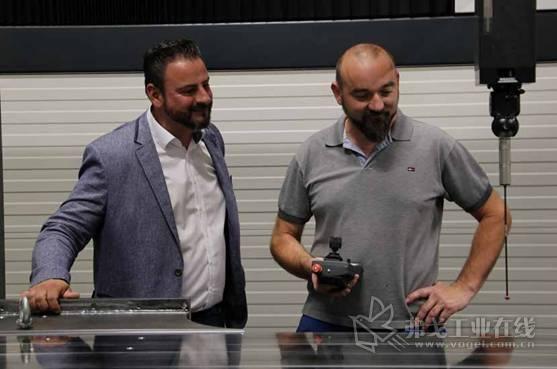 Tool-Tec的车间经理Walter Artinger (右侧),在遇到任何问题或疑问时可以联系 GGW GruberRoland公司的Widrich (左侧)