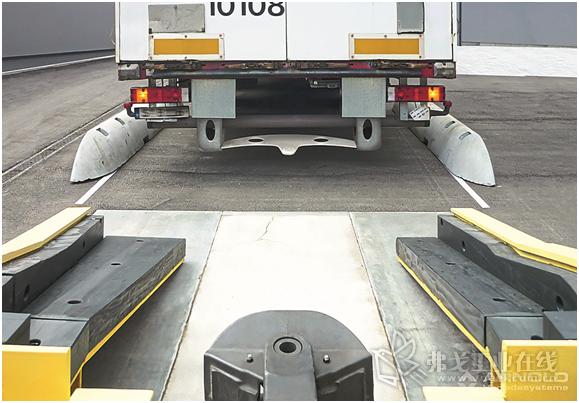 图1 正在倒车停靠的载重货车:倒车时Arnold泊车对接站的坡道自动从各个方向调整好了与装卸台边缘的高度