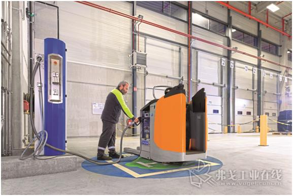 燃料电池叉车可以在几分钟时间内完成加氢,在多班制生产过程中进一步证明了自己的优势,而且更有利于环境保护