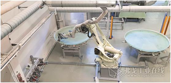图2 具有自动更换工具功能的川崎ZT 130L型机器人正在加工储罐盖和底