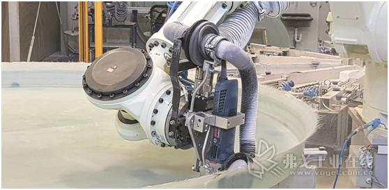 图3 Haase公司中引进的川崎机器人可以使用市场中常规铣刀和锯条加工储罐类零件