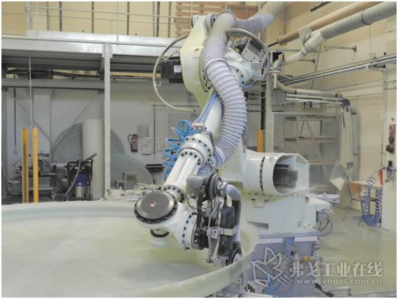 图1 川崎ZT 130L型机器人正在加工储罐边缘