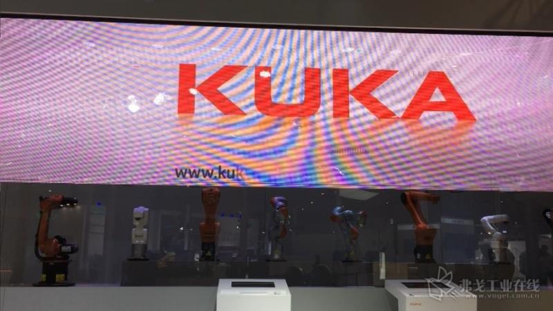 KUKA展台的机器人们