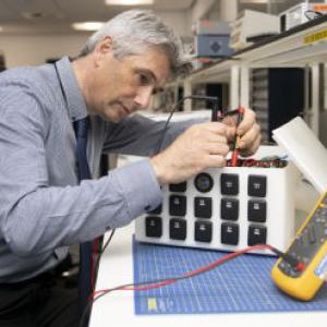华威大学利用旧电池打造小型储能装置 为偏远农场充电