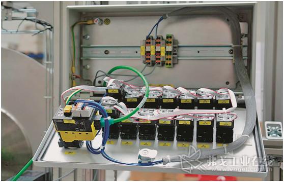 图1 可以将多达20个仪器设备连接到接口模块中实现Profinet通信。在连接紧急停开关时,专用的安全保护模块可以实现无故障的与Profinet现场总线保持通信