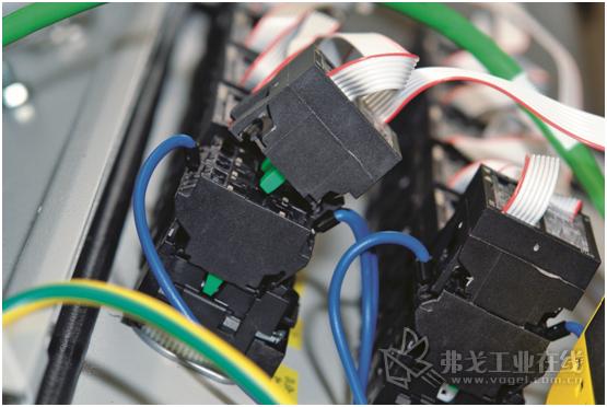 图2 在操作控制和信号元器件的布线连接时,可以从线辊上截下所需长度的编排线,利用绝缘压穿连接技术可靠的完成布线连接
