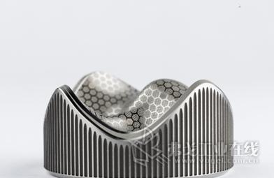 GF加工方案的全新AgieCharmilles LASER S系列激光纹理加工机床帮助模具制造商轻松实现复杂模具设计,同时显著减少质量缺陷。因此,他们完美的几何纹理加工能力、高速的3D激光雕刻加工和高精度的毛化加工技术,让他们时刻把握全新商机