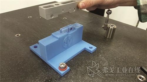 图1  James Pershken利用CAD程序的模具设计环境对这种3D打印夹具进行初步设计并添加了一个标准底座以适合CMM测量