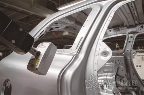 图2 CMS106激光测头能生成一条由多个激光点组成的激光线来扫描车身表面,激光线和激光密度可以适应零件和光线调整