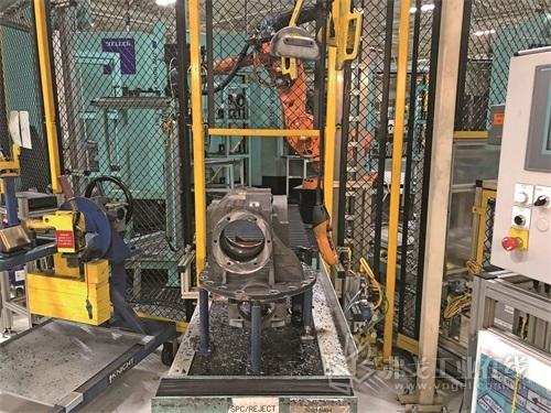 图2 Volvo Powertrain公司的Heller H 5000四轴卧式加工中心正在输出轴套成品